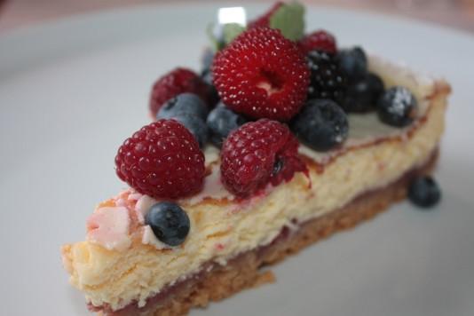 Ceptā siera kūka ar augļiem.