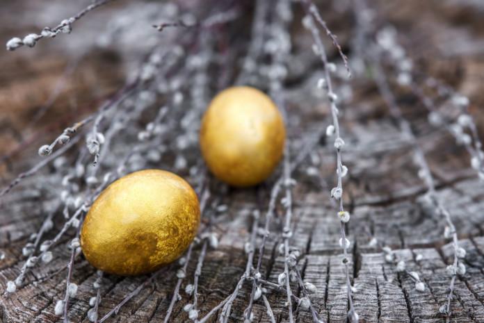 lieldienu olas zelta krāsā