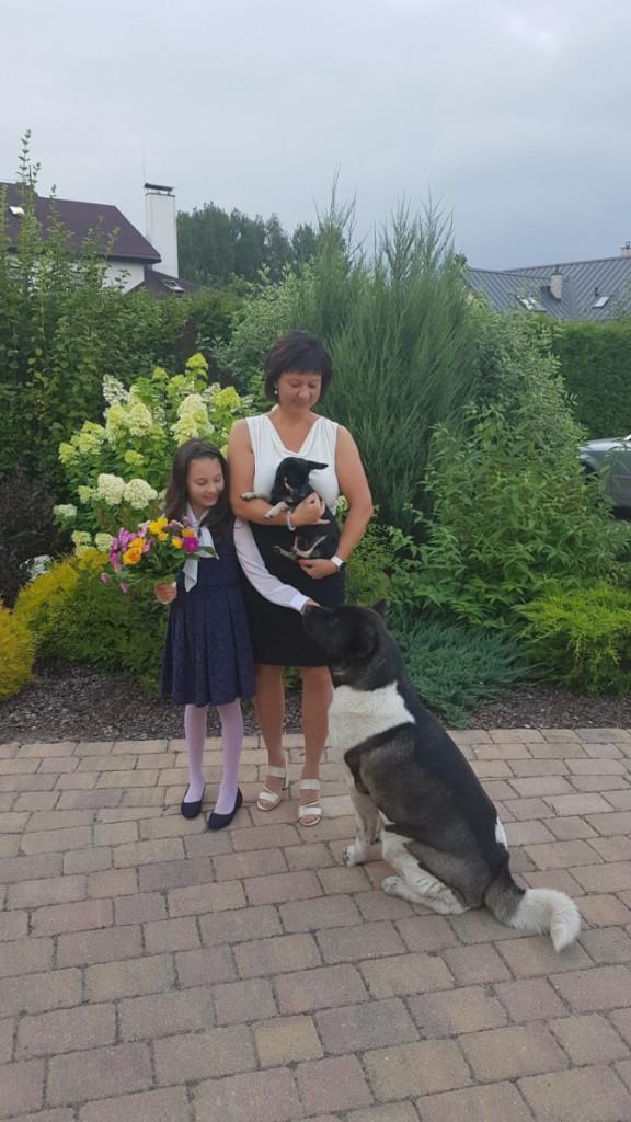 Sanita Mitenberga un meita dārzā